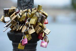 La ciudad finalmente reemplazar los paneles de parrilla en el Pont des Arts con paneles de vidrio donde colocar candados será imposible. Foto:Getty Images. Imagen Por:
