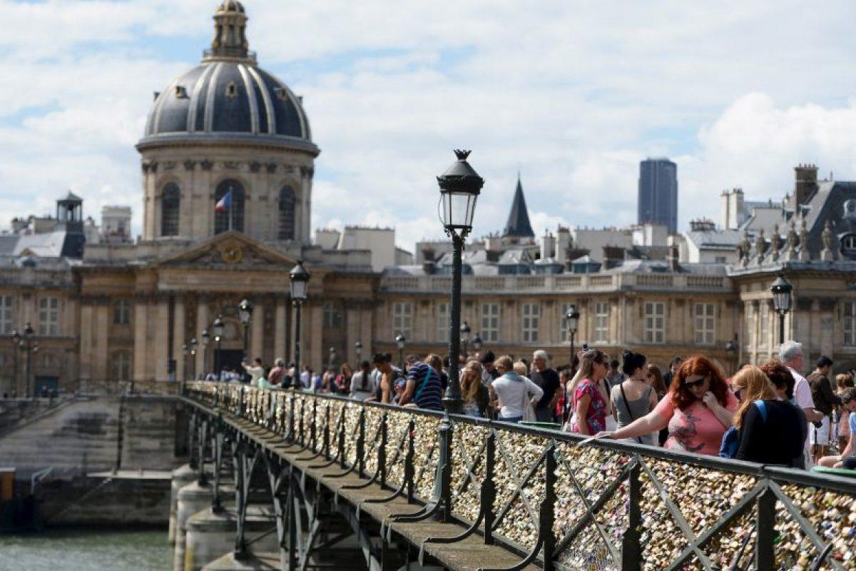 Después que se eliminen los candados del Pont des Arts, el personal del ayuntamiento quitará los candados de otros puentes donde representen un riesgo. Foto:Getty Images. Imagen Por: