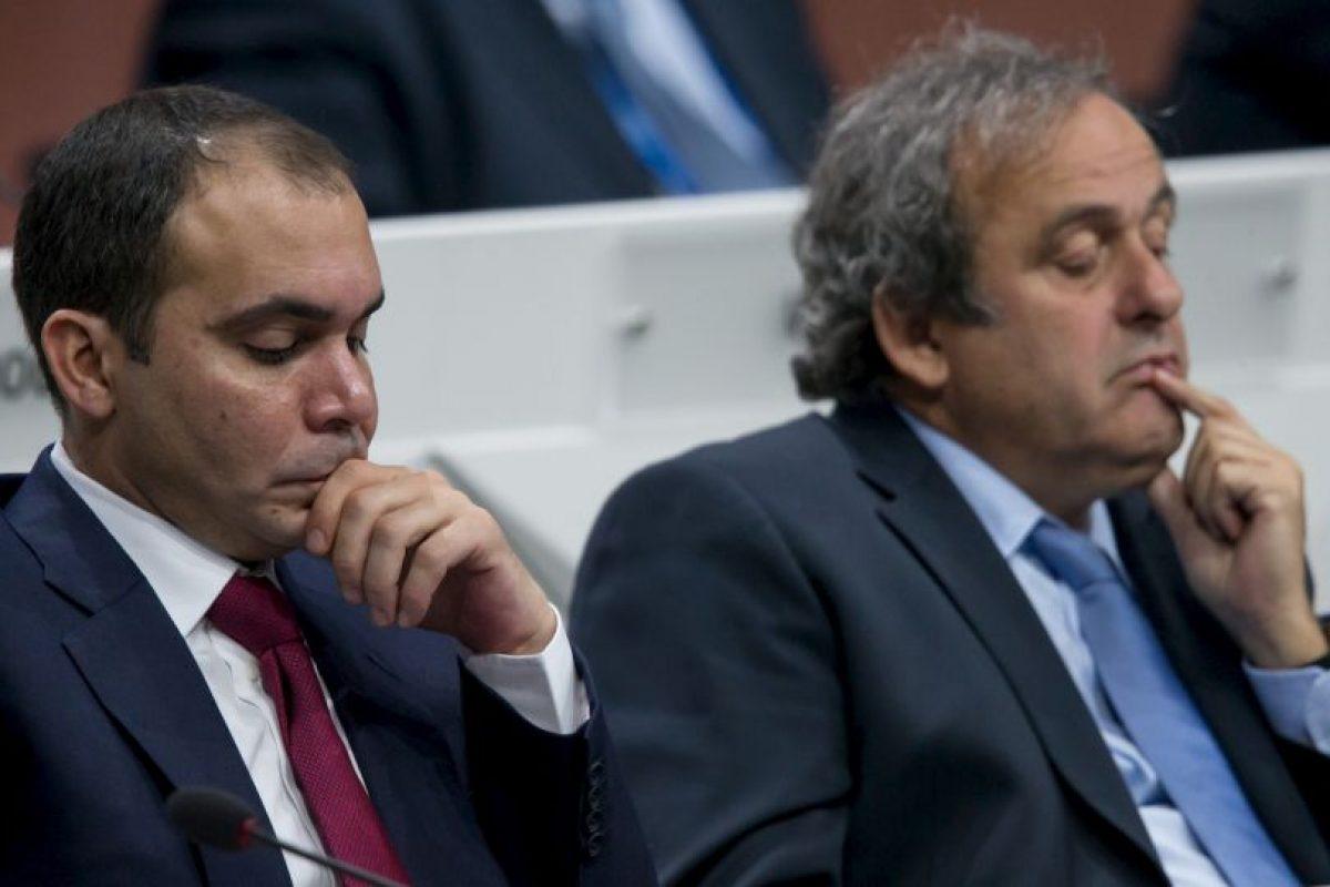 Al Hussein cuenta con el apoyo de Europa, salvo Rusia. En la imagen aparece junto a Michel Platini, exfutbolista y presidente de la UEFA. Foto:Getty Images. Imagen Por: