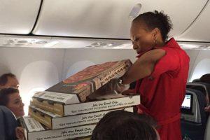 El vuelo de Filadelfia a Atlanta no fue el único que se retrasó, la aérolinea tuvo que hacer más fiestas de pizza en otros vuelos.. Foto:Vía Twitter @RileyVasquez. Imagen Por: