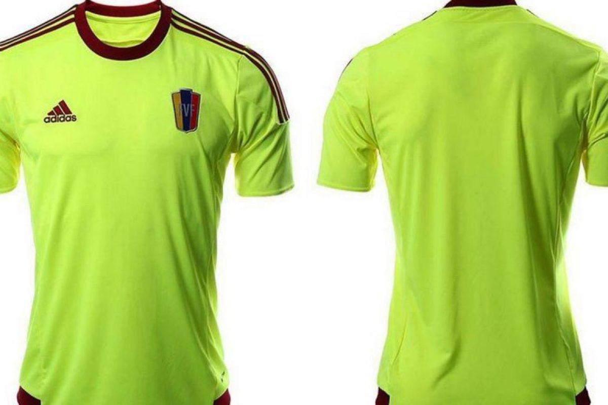 """La """"Vinotinto"""" usará el tradicional vino en el uniforme principal, pero apostaron por este verde fosforescente para el de visitante. Foto:Adidas. Imagen Por:"""