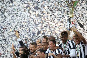 Jugadores de la Juventus 'celebran con el trofeo de la Liga italiana. Foto:AFP. Imagen Por: