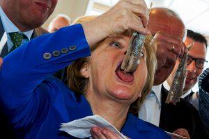 La canciller alemana, Angela Merkel, se come un arenque en Alemania. Foto:AFP. Imagen Por: