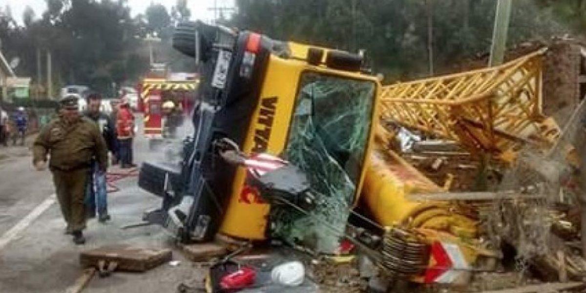 Insólito: Grúa que debía rescatar a camión también se accidenta