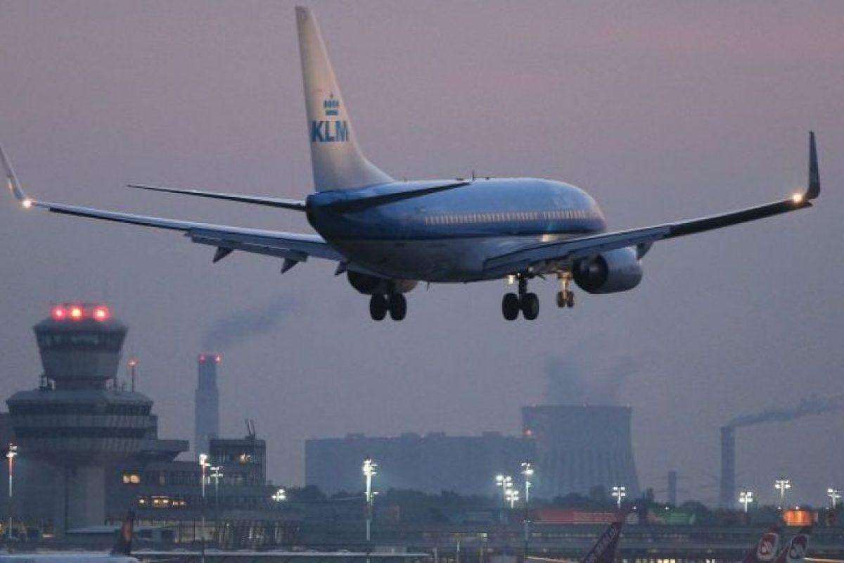 """""""Estaba bromeando"""", se escucha que dice en un video que se publicó en las redes sociales. """"¡No soy de África!"""", prosiguió mientras caminaba con los agentes por el pasillo del avión. Foto:vía Getty Images. Imagen Por:"""
