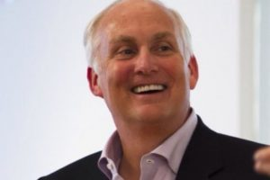 A sus 55 años fallece el presidente de American Express Co. Foto:Vía Twitter @edgilligan. Imagen Por: