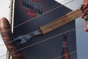 Este anuncio que fue colocado en las calles de Costa Rica parece uno común. Sin embargo, puede resultar desconcertante para muchos. Los automovilistas que van en la dirección contraria tienen una vista más clara de lo que queremos decir. Foto:Imgur. Imagen Por:
