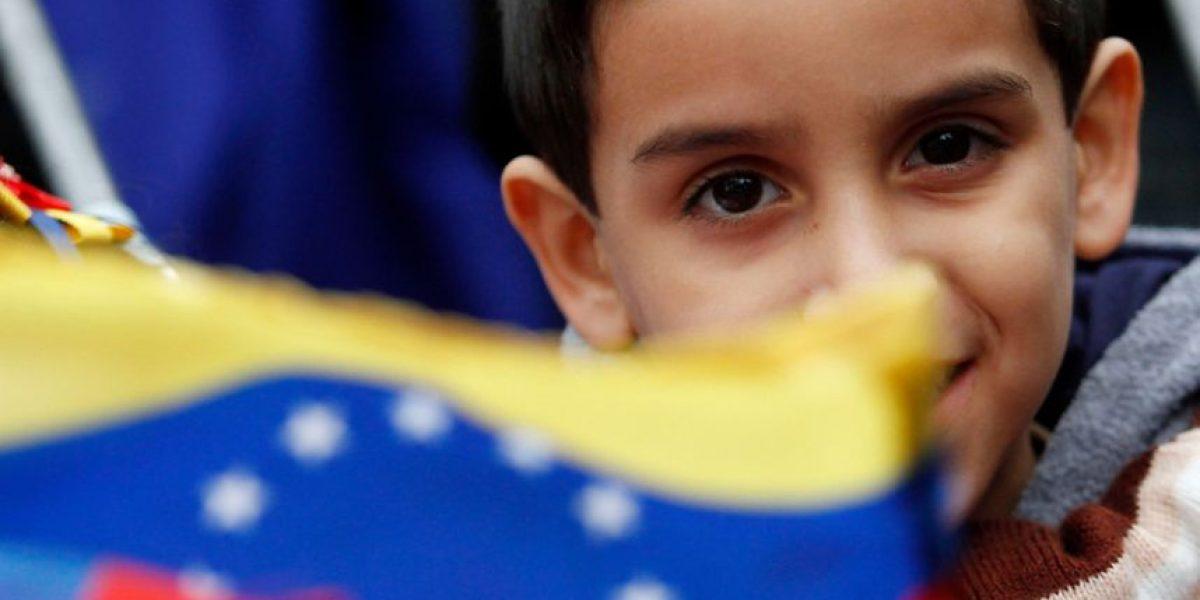 Venezolanos se concentran en La Moneda para manifestarse por opositores detenidos