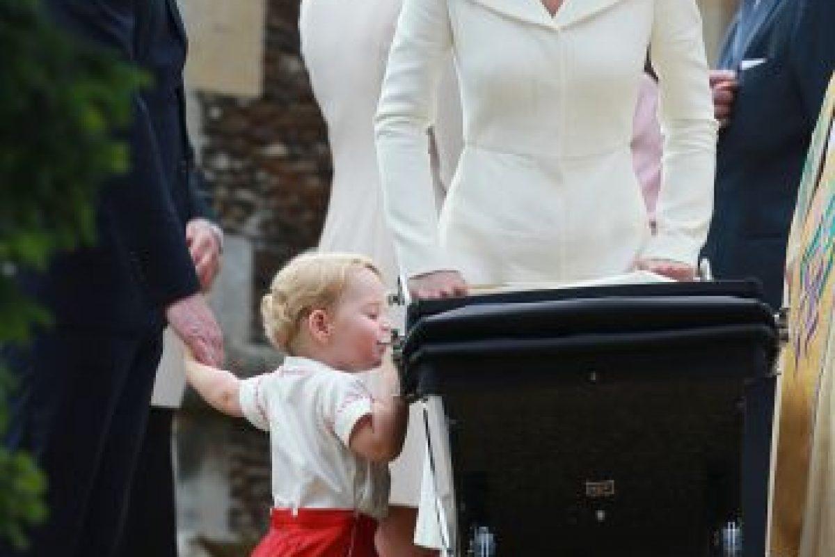 El príncipe George se interesa en su hermana. Foto:AP. Imagen Por: