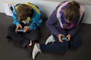 1. Aislamiento social: muchas personas y sobre todos los jóvenes pueden sufrir aislamiento de la sociedad por el uso excesivo del móvil. Foto:Getty Images. Imagen Por:
