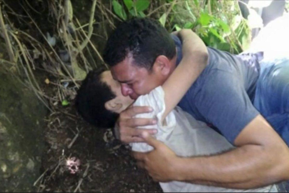 En redes sociales se ha difundido una fotografía cuando su padre, el chofer de bus urbano, Juan Luis Escalante, llegó y lo abrazó cuando estaban por llegar los socorristas. Foto:Publinews Guatemala. Imagen Por: