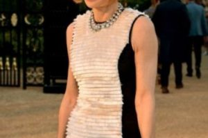 """Anna Wintour es escritora, periodista y directiva británica que ejerce como editora jefa de la edición norteamericana de la revista """"Vogue"""". ¿Notan lo que tiene en la muñeca? Foto:Charley Gallay. Imagen Por:"""