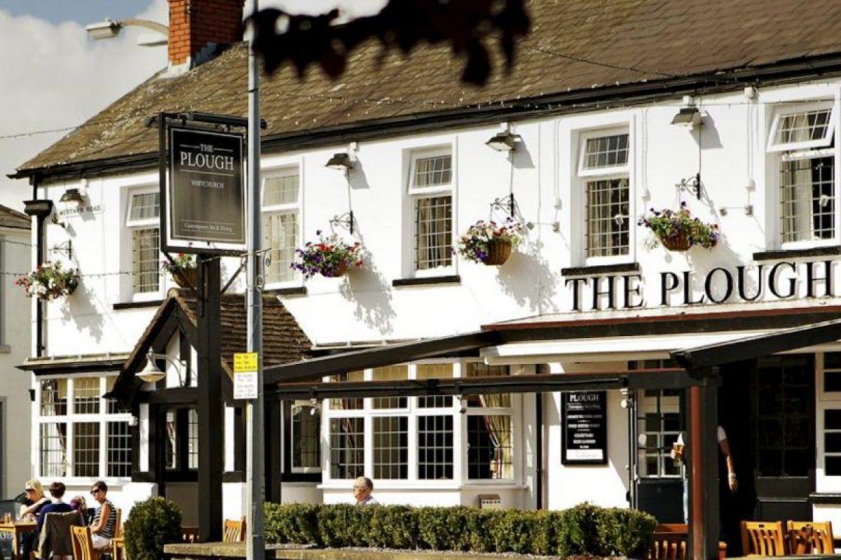 Este es el bar que causó sensación en la familia Lawrence. Foto:Vía facebook.com/theploughwhitchurch. Imagen Por: