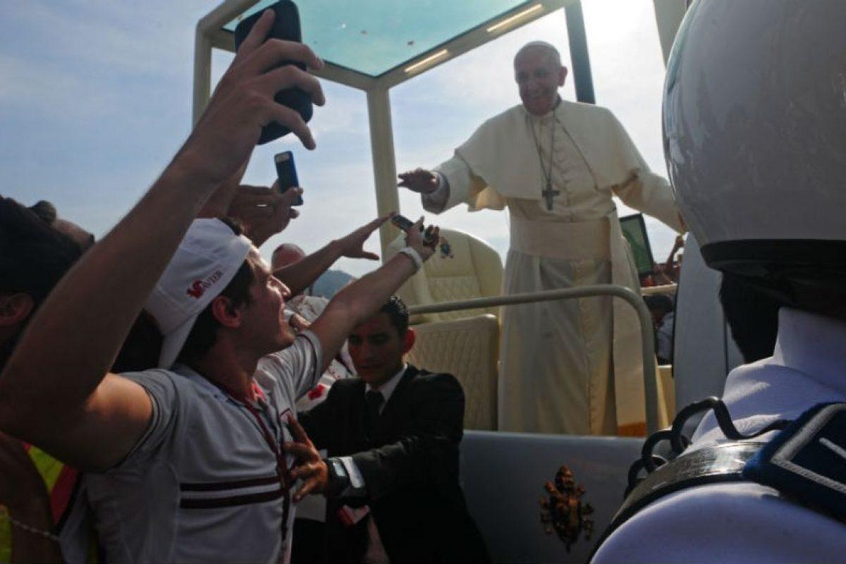 Delegados de la Iglesia y niños de diferentes parroquias pudieron abrazar al papa Francisco. Foto:AFP. Imagen Por: