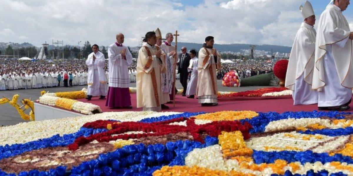 Unos 900.000 fieles asisten a la misa campal de Francisco en Quito