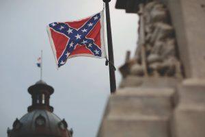 El Senado de Carolina del Sur votó a favor de quitar la bandera confederada del Capitolio del estado. Foto:AP. Imagen Por:
