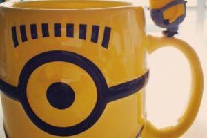 """3.- Una taza con un """"Minion"""" supervisando la bebida Foto:vía instagram.com/dudu_julie. Imagen Por:"""