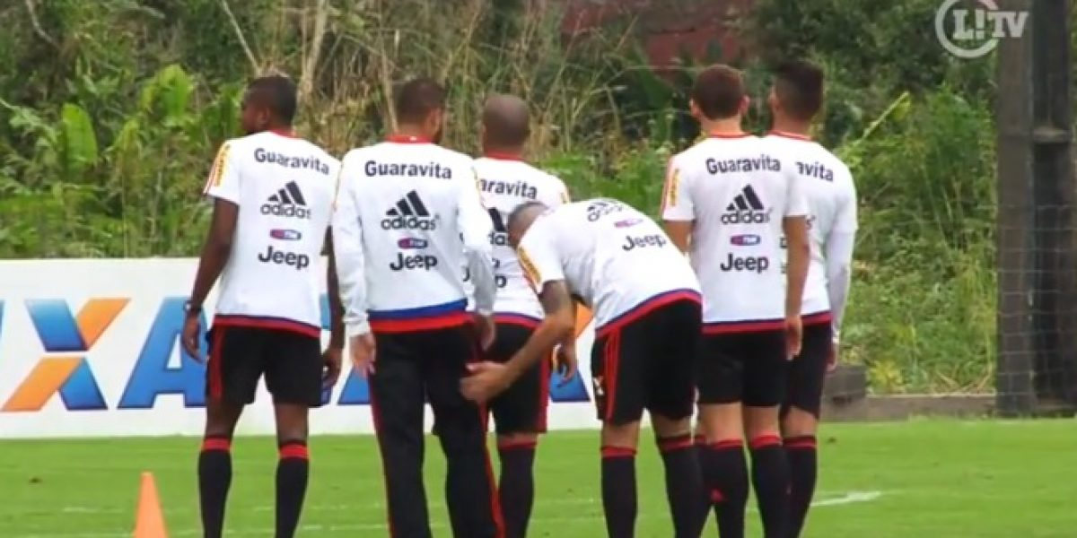 Video: jugador de Flamengo imitó el polémico gesto de Jara a Cavani