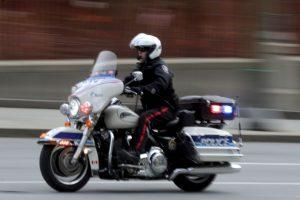 La grabación muestra como un delincuente sufre un accidente al querer huir de la policía en moto. Foto:Getty Images. Imagen Por: