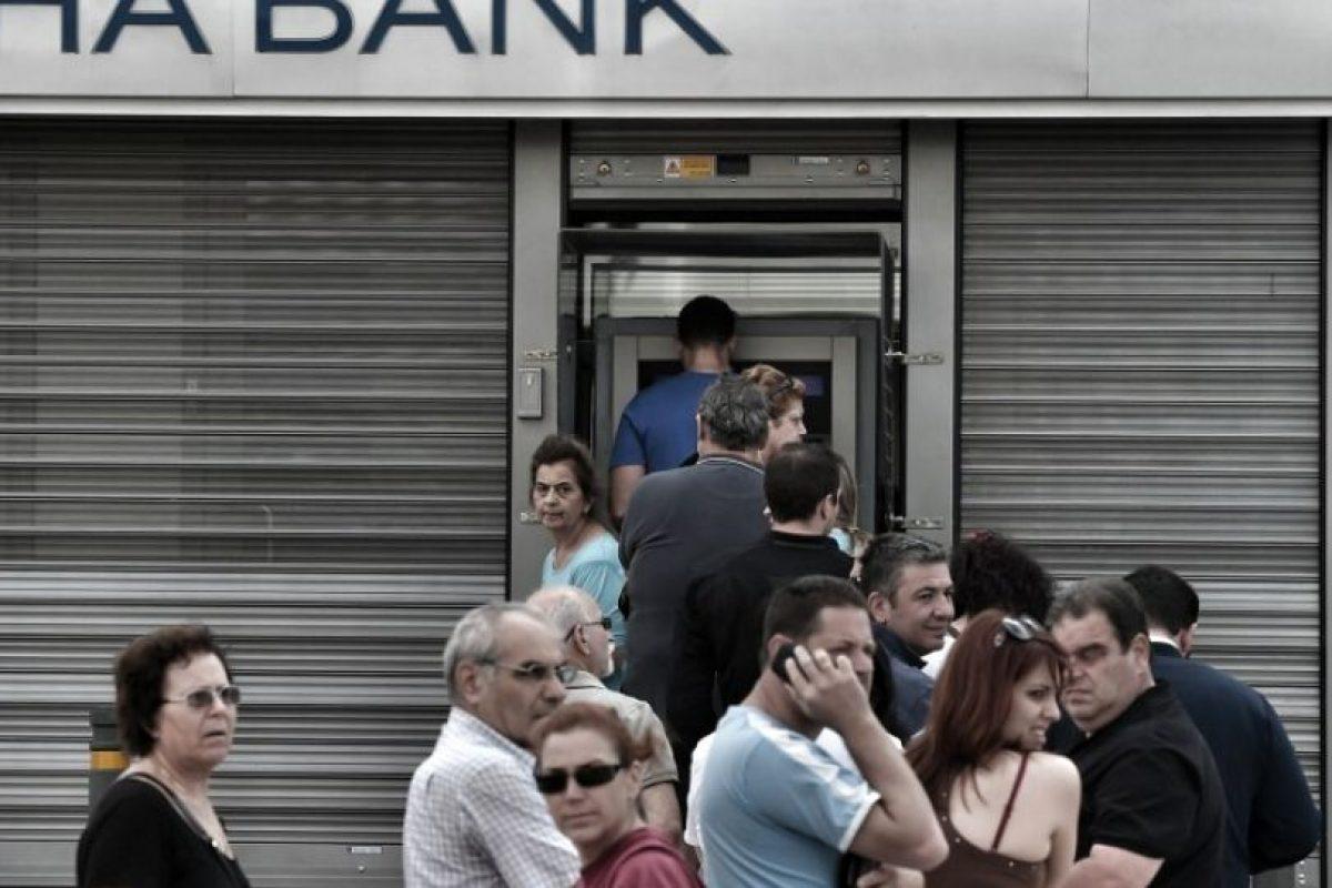 Largas filas para poder utilizar los cajeros automáticos, los cuales solamente dan máximo 60 euros al día por tarjeta Foto:AFP. Imagen Por: