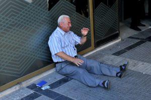 Un empresario australiano anunció que pagará la pensión de este hombre que se convirtió en símbolo de la desesperación que se vive por la crisis económica en Grecia. Foto:AFP. Imagen Por: