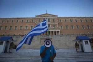 Personas continuaron manifestándose en el Parlamento griego Foto:Getty Images. Imagen Por: