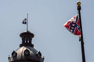 La gobernadora Nikki Haley firmó una ley que aprueba la eliminación de la bandera. Foto:Getty Images. Imagen Por: