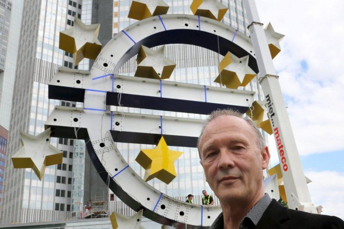 El artista Otmar Hoerl supervisa las obras de mantenimiento que su diseño sobre el euro recibe en Frankfurt, Alemania, incluyendo el terio y la colocación de nuevas estrellas. Foto:Getty Images. Imagen Por: