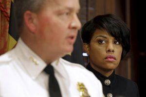 La alcaldesa Stephanie Rawlings-Blake confirmó despido y presentó al nuevo comisionado. Foto:AP. Imagen Por: