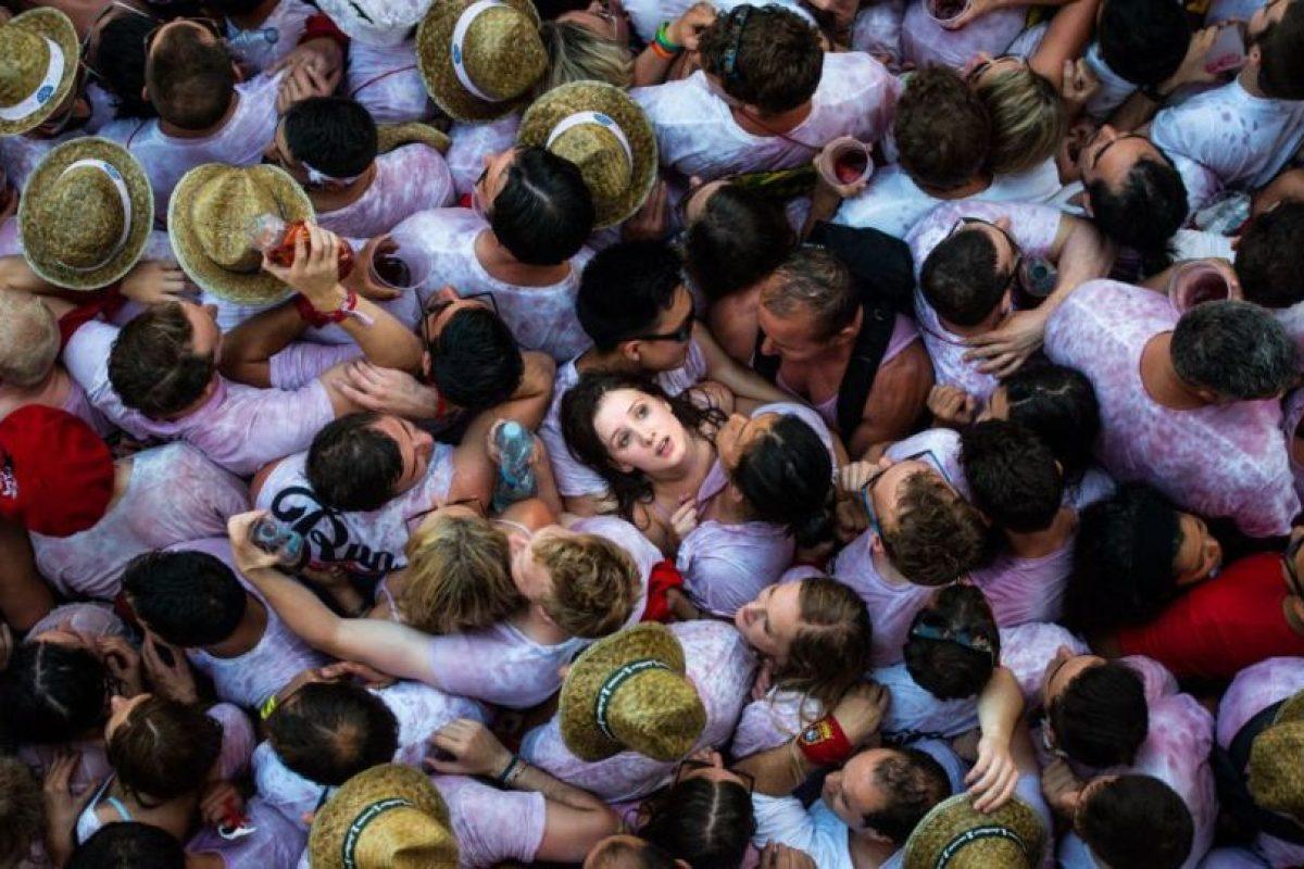 Los asistentes a las fiestas de San Fermín se agolpan en la plaza del ayuntamiento de la capital navarra a la espera del chupinazo que da inicio a la semana festiva de este año. Foto:GETTY IMAGES. Imagen Por: