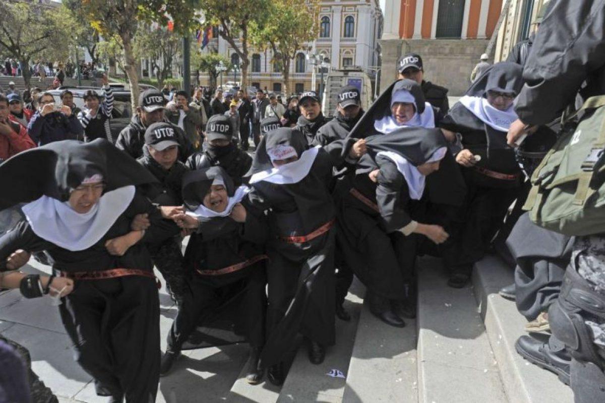 Integrantes del grupo activista 'Mujeres Creando' vestidas de monjas protestan contra la visita de Papa Francisco en el exterior de la catedral de La Paz, en Bolivia. Foto:AFP. Imagen Por: