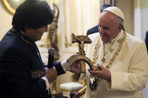 El presidente de Bolivia, Evo Morales, entrega al papa Franciasco un crucifijo tallado en madera con los símbolos de la hoz y el martillo durante su estancia en La Paz, Bolivia. Foto:AFP. Imagen Por: