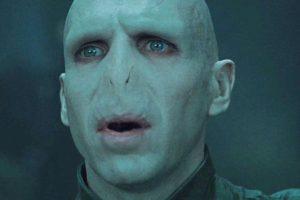 Voldemort no puede amar no por su maldad sino porque él fue concebido bajo los efectos de una poción mágica. Recuerden que su madre era Mérope Gaunt, una descendiente de Slytherin, que era pobre y no muy agraciada. Ella hizo que el rico y apuesto Tom Riddle bebiese una poción de amor para casarse con ella. Foto:vía Warner Bros. Imagen Por: