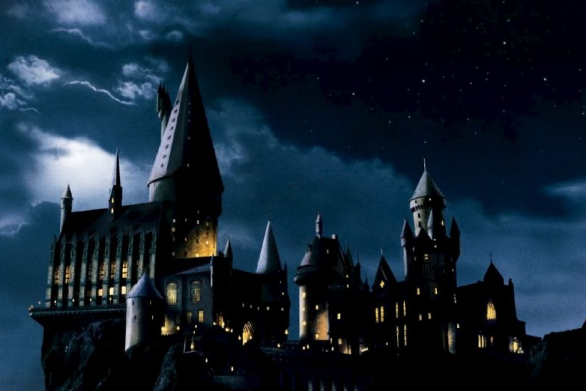 """Si un muggle de por casualidad se llegara a aparecer en Hogwarts, este solo se vería como un edificio ruinoso con el anuncio de """"peligro"""". Foto:vía Warner Bros. Imagen Por:"""