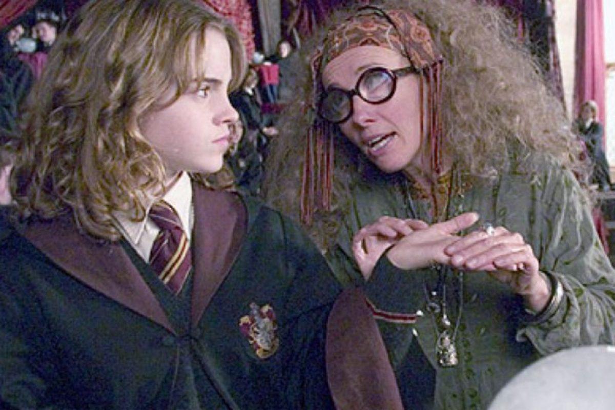 La profesora Trelawney nunca volvió a Hogwarts luego de que Umbridge la despidió. Dumbledore la reemplazó con Firenze, el centauro. Foto:vía Warner Bros. Imagen Por: