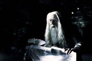 La historia de Dumbledore es muchísimo más oscura de lo que se ve en las películas: Su hermana, Ariana, quedó con su magia incontrolable. Esto mató a la madre, Kendra. Fuera de eso, en un duelo contra Gellert Grindelwald, la niña terminó muerta. Foto:vía Warner Bros. Imagen Por: