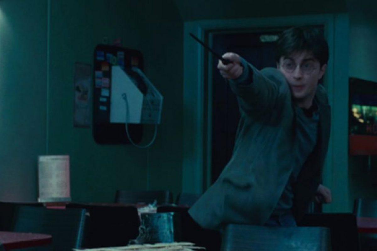 La razón por la que nadie decía el nombre de Voldemort era porque se creía que los encantos de protección serían rotos si se pronunciaba su nombre completo. Foto:vía Warner Bros. Imagen Por: