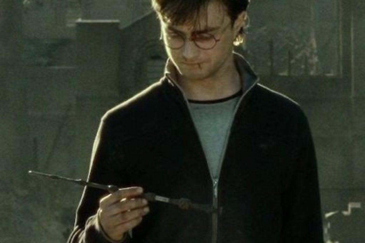 Harry hizo lo propio al tirar la Varita de Sauco, la más poderosa del mundo. Foto:vía Warner Bros. Imagen Por: