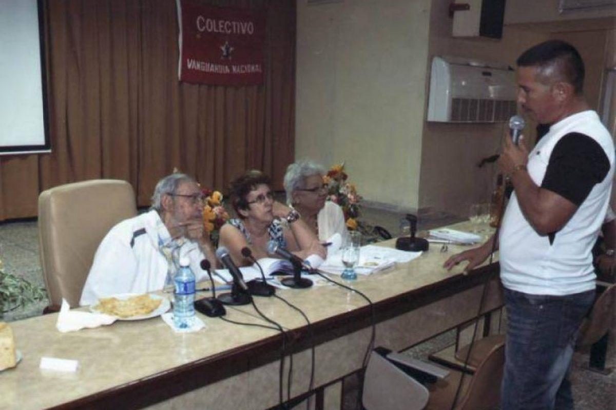 En esas imágenes se ve al expresidente de Cuba vestido con chaqueta blanca deportiva y camisa de cuadros, sentado en la mesa de cabecera de una sala de reuniones acompañado de dos funcionarias cubanas. Foto: Granma.cu. Imagen Por: