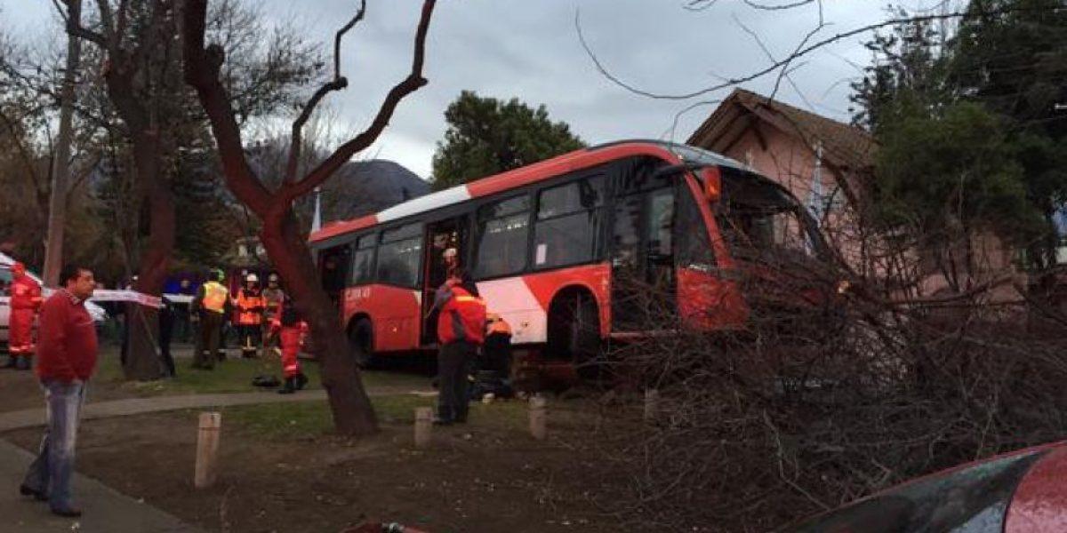 Bus de Transantiago se estrella contra árbol y casa en Las Condes