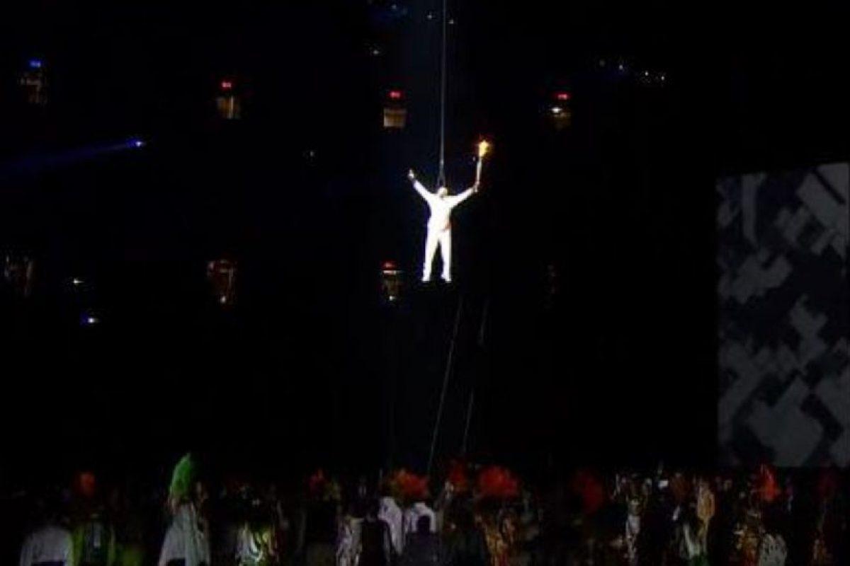 Donovan Bailey protagonizó el gran momento en el que la antorcha olímpica fue puesta en su lugar en plena inauguración de los Juegos Panamericanos. Foto:vía Twitter. Imagen Por:
