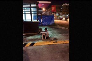 Se acerca a un McDonalds para poder hacer la tarea, pues este lugar lo alumbra Foto:Vía Facebook/JoyceGilosTorreblanca. Imagen Por: