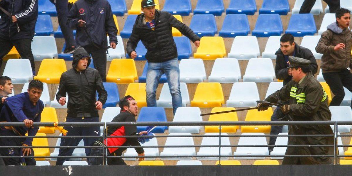 Los incidentes que obligaron a suspender el duelo entre Everton y Wanderers