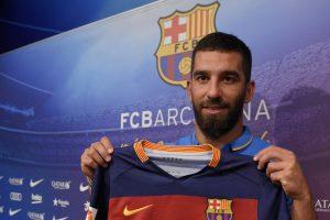 Arda Turan firmó por cinco temporadas con el Barcelona. Foto:AFP. Imagen Por: