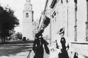 Alameda de Las Delicias, Iglesia de San Francisco de Santiago en 1900. Foto:Fotos Históricas de Chile. Imagen Por:
