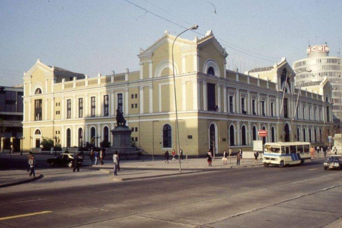 Vista de avenida Alameda esquina calle Arturo Prat y Casa Central de la Universidad de Chile, 1990. Foto:Fotos Históricas de Chile. Imagen Por: