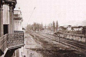 Vista de la Alameda de Las Delicias desde calle Lord Cochrane de Santiago, 1860. Foto:Fotos Históricas de Chile. Imagen Por: