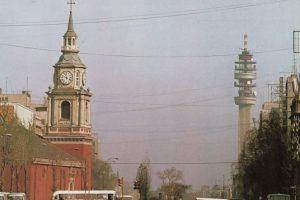 Vista de autos y locomoción colectiva por avenida Alameda, Iglesia de San Francisco y Torre Entel de Santiago. 1980 Foto:Fotos Históricas de Chile. Imagen Por: