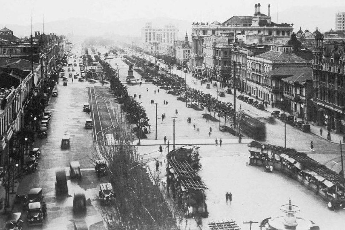 Vista de la Alameda de Las Delicias desde el torreón de la Iglesia de San Francisco de Santiago en 1930. Foto:Fotos Históricas de Chile. Imagen Por: