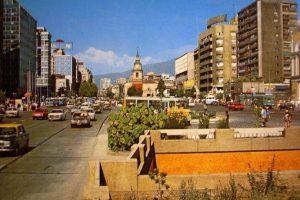 Autos y locomoción colectiva por avenida Alameda de Santiago, 1990. Foto:Fotos Históricas de Chile. Imagen Por: